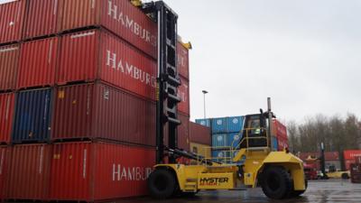 Mönkemöller chooses Hyster for flexible container handling.