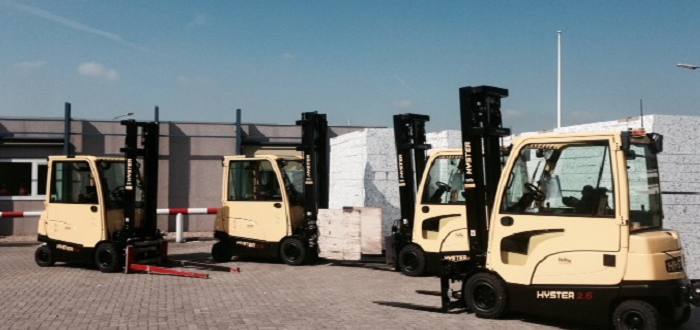 4 Hyster Fortens forklifts with new side battery extraction system for VBI Weurt.